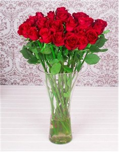 12-red-roses-in-glass-vase-v10