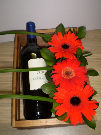 wine-&amp-gebera-arrangement-h03