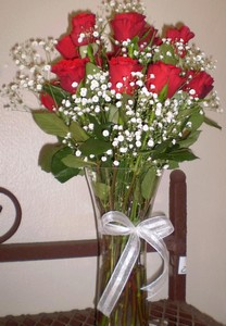 20-red-roses-and-gips-in-glass-vase-v09